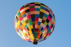 Bunter Heißluftballon mit einem blauen Himmel Stockfoto