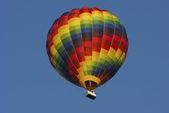 Bunter Heißluftballon mit freiem blauem Himmel Stockfoto