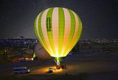 Bunter Heißluftballon vor Produkteinführung bei Cappadocia lizenzfreie stockfotografie