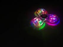 Bunter heller Neonkreis im Hintergrund des dunklen Schwarzen Stockbilder