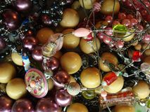 Bunter heller Schmuck Metall, Holz, Glas, Keramik Gelb, rot, Rosa und Schwarzes lizenzfreies stockfoto