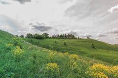 Bunter heller Sunny Landscape mit russischem Landhaus auf H?gel in einer Mitte des Fotos mit einem heller Kontrast-bew?lkten Himm stockfotos