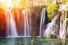 Bunter Herbst und Wasserfall im Plitvice See-Staatsangehörigen stellen gleich Stockfoto
