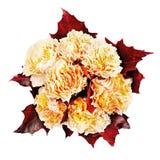 Bunter Herbstblumenblumenstrauß von den gelben Rosen und von Ahorn leav lizenzfreie stockfotos
