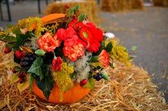 Bunter Herbstblumenstrauß im Kürbis Lizenzfreies Stockfoto