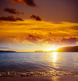 Bunter Himmel über Mugoni-Strand bei Sonnenuntergang Lizenzfreie Stockfotos
