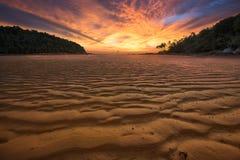 Bunter Himmel auf Dämmerungszeit und Sandwelle Stockfotografie