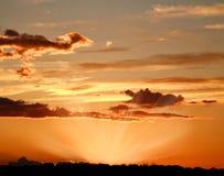 Bunter Himmel mit Wolken in den Strahlen der untergehenden Sonne stockbilder
