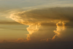 Bunter Himmel am Sonnenuntergang Lizenzfreies Stockbild