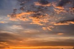 bunter Himmel und Wolke der D?mmerung mit Sonnenlicht gl?nzen hinter Hintergrund Schöner Sonnenuntergang mit den vibrierenden Far stockfotografie