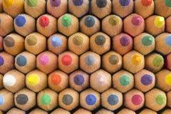 Bunter Hintergrund mit farbigen Bleistifttipps Lizenzfreie Stockbilder