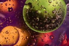 Bunter Hintergrund mit Kreisen, Tropfen und Blasen Stockfotografie