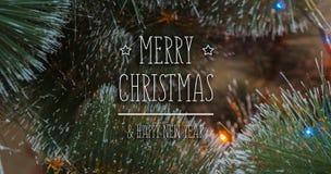 Bunter Hintergrund mit verziertem Weihnachtsbaum Stockfotos