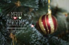 Bunter Hintergrund mit verziertem Weihnachtsbaum Stockfoto