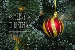 Bunter Hintergrund mit verziertem Weihnachtsbaum Lizenzfreies Stockfoto