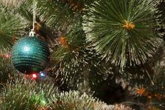 Bunter Hintergrund mit verziertem Weihnachtsbaum Stockbilder