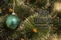 Bunter Hintergrund mit verziertem Weihnachtsbaum Lizenzfreie Stockfotografie