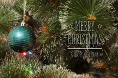 Bunter Hintergrund mit verziertem Weihnachtsbaum Lizenzfreies Stockbild