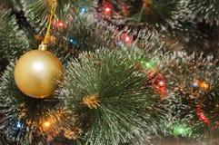 Bunter Hintergrund mit verziertem Weihnachtsbaum Lizenzfreie Stockfotos
