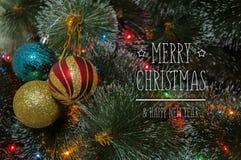 Bunter Hintergrund mit verziertem Weihnachtsbaum Stockbild
