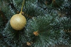 Bunter Hintergrund mit verziertem Weihnachtsbaum Stockfotografie