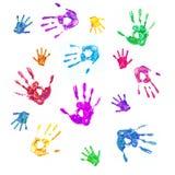 Bunter Hintergrund von den Drucken der gemalten Hände der Familie Lizenzfreie Stockbilder