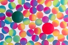 Bunter Hintergrund von zweifarbigen Plastikbällen Lizenzfreie Stockfotos