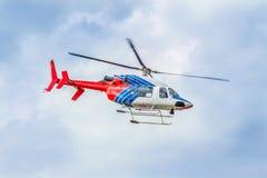 Bunter Hubschrauber, der in den Himmel sich bewegt Stockbild