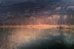 Bunter italienischer Park mit Bäumen und Herbstfarben und -wasser Lizenzfreies Stockfoto