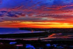 Bunter künstlerischer Sonnenuntergang über dem Ozean lizenzfreies stockbild