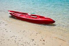 Bunter Kajak auf dem tropischen haarscharfen Wasserstrand stockfotografie