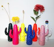 Bunter Kaktus formte Vasen und Blumen als Stilllebendekoration lizenzfreies stockbild