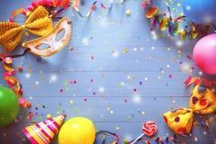 Bunter Karnevals- oder Geburtstagshintergrund stockbilder