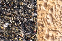 Bunter Kieselsand der Betonmauer Stockfoto