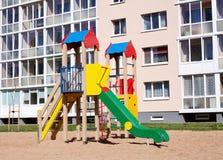 Bunter Kinderspielplatz in der Natur, Front von Stockfotos