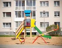 Bunter Kinderspielplatz in der Natur, Front von Stockfotografie