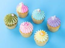 Bunter kleiner Kuchen für Festival feiern tion Draufsicht über Blau Stockbilder