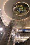 Bunter Kristallwasserfallleuchter in Rockefeller-Mitte Lizenzfreie Stockbilder