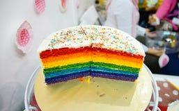 Bunter Kuchen mit zwei drittel Regenbogen stockfoto