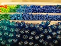Bunter Kugelschreiber und Höhepunkt auf Regalen im Schreibwarengeschäft oder im Kaufhaus, bunter Höhepunktstift auf Regal, Fokus- Lizenzfreies Stockbild