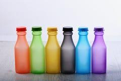 Bunter Lack Flaschen mit bunten trockenen Pigmenten stockbild
