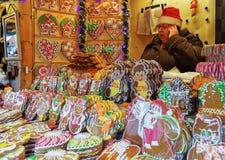 Bunter Lebkuchenzähler mit Zuckerglasur am Riga-Weihnachtsmarkt Stockbild