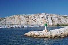 Bunter Meerblick an einem klaren sonnigen Tag: blaues Wasser des Mittelmeer- und Steinpiers Stockbild