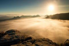 Bunter Morgen des Herbstes im felsigen Park Ansicht in langes tiefes Tal voll der schweren bunten Nebel Herbstlandschaft nach reg Stockfotos