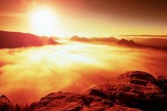 Bunter Morgen des Herbstes im felsigen Park Ansicht in langes tiefes Tal voll der schweren bunten Nebel Herbstlandschaft nach reg Lizenzfreies Stockfoto