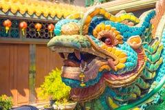 Bunter Mosaiklöwekopf an einem Tor des Tempels lizenzfreie stockfotos