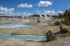 Bunter Norris Geyser Basin Pools lizenzfreies stockbild