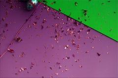 Bunter Ostern-Hintergrund Goldene Konfettis auf farbigen Blättern Goldenes Ei Ostern auf Oberfläche Draufsicht von Dekorvorbereit lizenzfreie stockbilder