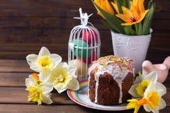 Bunter Ostern-Kuchen, Blumen und Ostern-Dekorationen Stockfoto