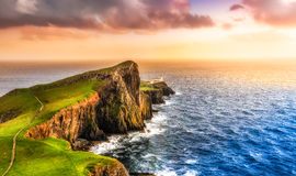 Bunter Ozeanküstensonnenuntergang am Neist-Punktleuchtturm, Schottland Lizenzfreie Stockfotos